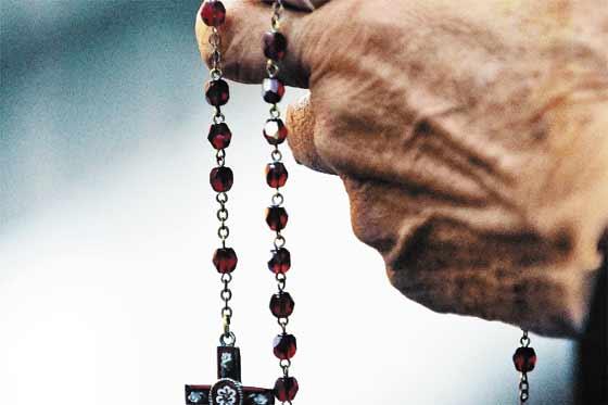 rezando-el-santo-rosario