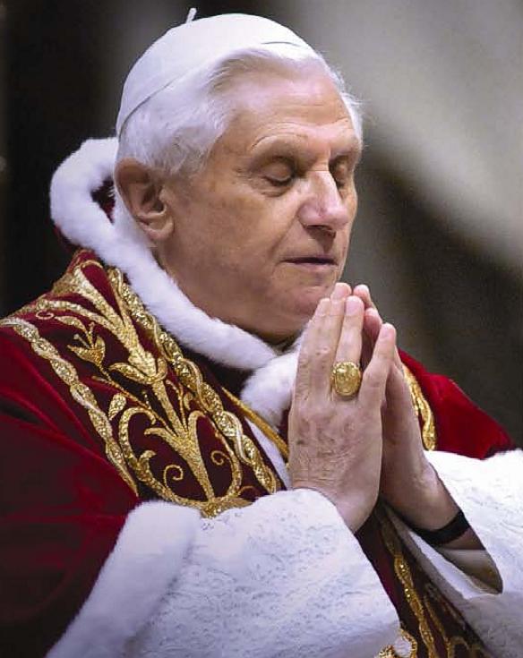 papa-bentoxvi-rezando