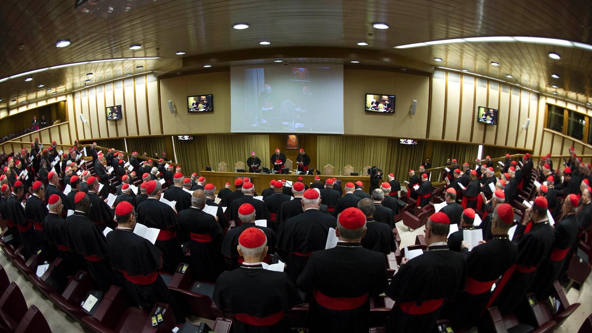 4mar2013---cardeais-participam-da-primeira-congregacao-geral-preparatoria-para-conclave-que-elegera-o-sucessor-de-bento-16-na-ala-nova-do-sinodo-no-vaticano-estima-se-que-150-dos-207-religiosos-que-1362397709754_1920x1080