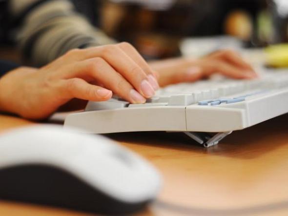 Mulher-usando-o-computador