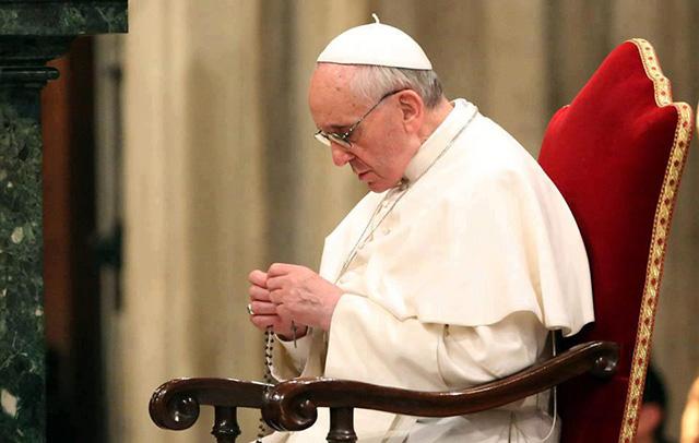 papa-francisco-rezando-o-terco