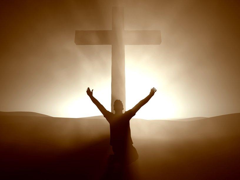orando-frente-a-una-cruz