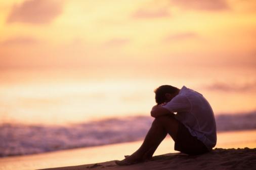 homem-sentado-na-praia