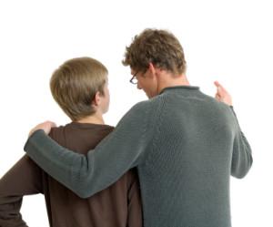 Pai-conversando-com-filho-sobre-fundo-branco