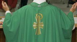 Excomunhao de sacerdote